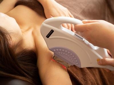 脱毛サロンで施術を受ける女性