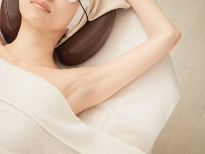 脱毛サロンで施術を受けている女性
